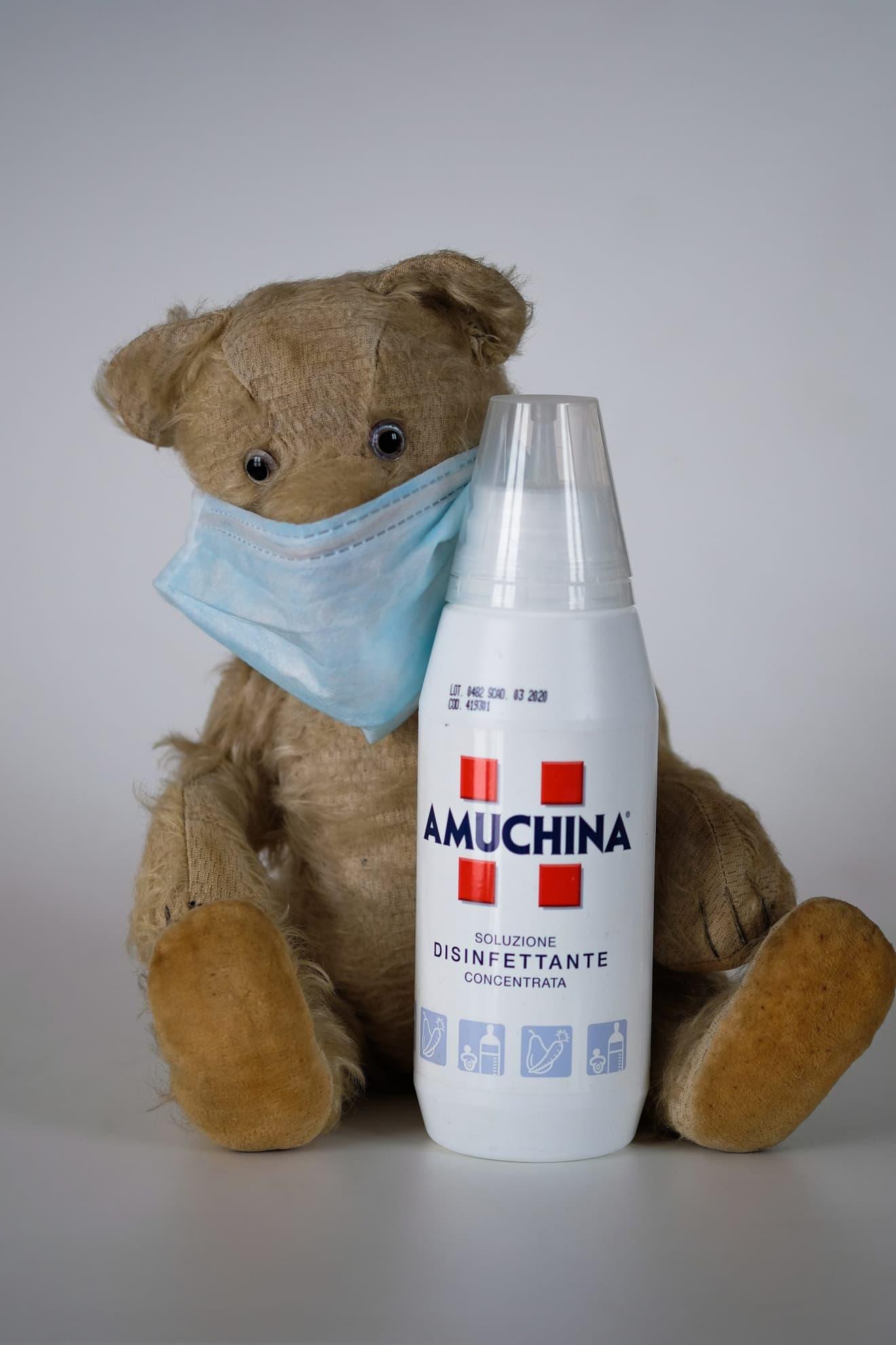 Desinfektionsmittel und Mundschutz