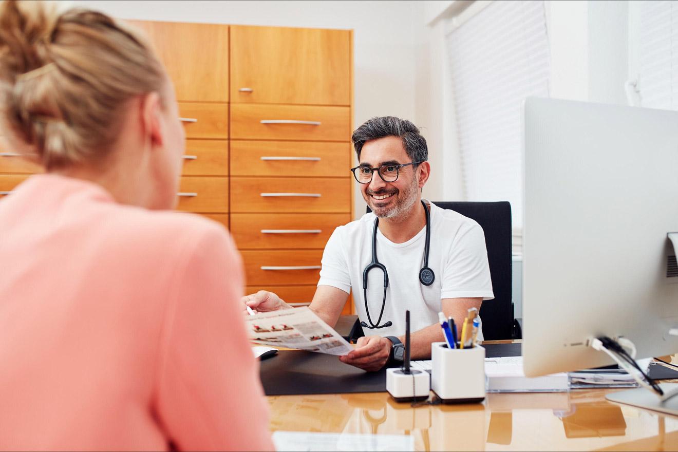 Sami Gaber beim Patientengespräch